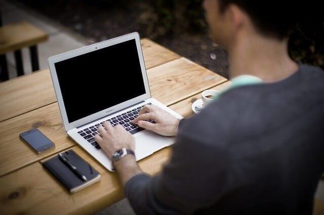 כתיבת תוכן מוכר - איש מקליד על מחשב נייד