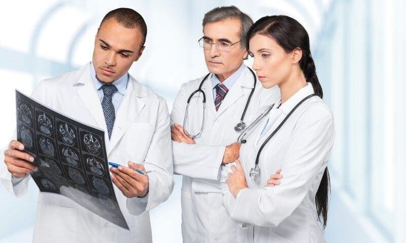 תרגום מסמכים רפואיים - רופאים מסתכלים על צילום רנטגן