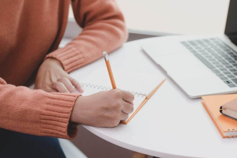 איך כותבים עבודה סמינריונית? מתחילים מבחירת נושא לא שגרתי!